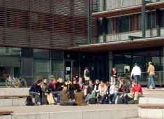 Helsinki City Library, Viikki / Students in front of the Korona Information Centre which is the key building in the heart of the Viikki campus of the University of Helsinki / Photograph by Eero Roine, 2005