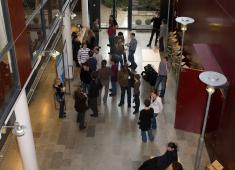 Helsinki City Library, Viikki / During the seminar break  in the lobby. The Japanese garden can be seen on the background / Photograph by Eero Roine, 2008
