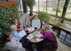 Helsinki City Library, Viikki / Students working in the Egyptian garden / Photograph by Eero Roine, 2005